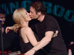 Scully and Mulder kiss